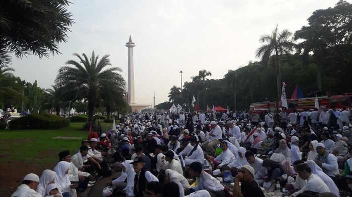 Massa Umat Islam Gelar Doa Bersama di Monas Diguyur Hujan Deras Berjam-jam Tetap Bertahan
