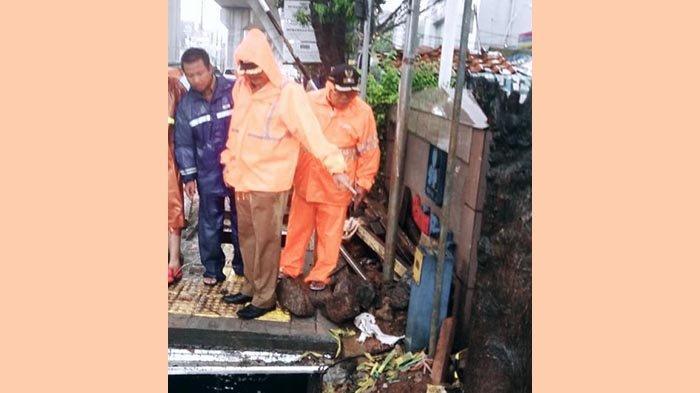 Sambil Hujan-hujanan, Walikota Jaksel Cek Saluran Air di Jalan RS Fatmawati