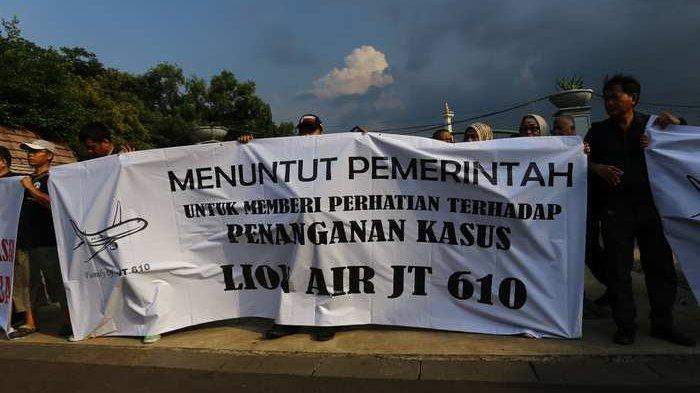 BERITA FOTO: Keluarga Korban Pesawat Lion Air JT 610 Unjuk Rasa, Ini Tuntutan Mereka