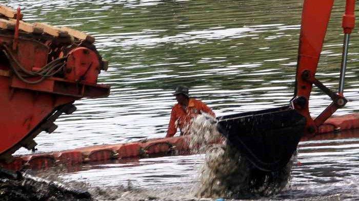 Pemprov DKI Jakarta Kerahkan 54 Eskavator Keruk Saluran, Waduk dan Sungai