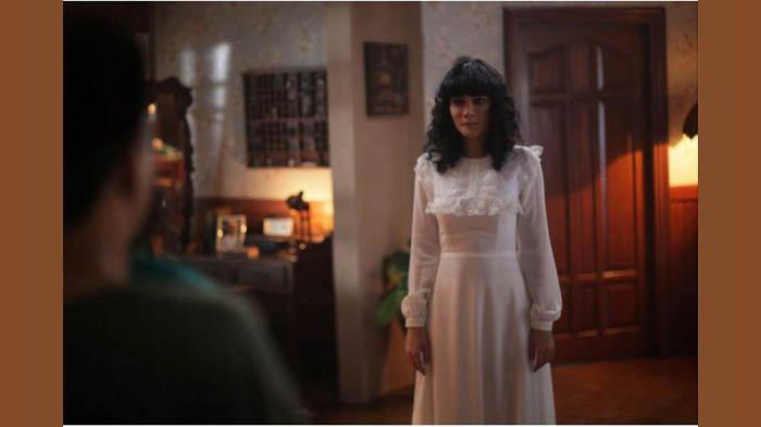 Cuplikan adegan saat Luna Maya perankan Suzzanna dalam film Suzzanna: Bernapas Dalam Kubur.