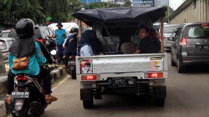 BERITA FOTO: Hati-hati Berbahaya, Jangan Ditiru Kelakuan Penumpang Mobil Bak Terbuka Ini