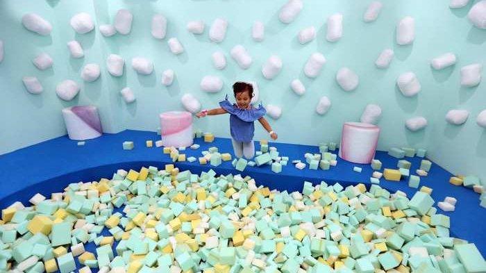 Kolam busa menarik anak-anak di area Marshmallow di dalam wahana Sweet Treats di arena Scientia Square Park Jalan Scientia Boulevard, Gading Serpong, Tangerang, Jumat (4/1/2019). Berbagai ruangan di wahana ini menghadirkan suasana yang Instagramable.
