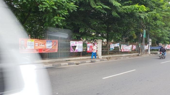 Spanduk dan Poster Caleg Semrawut di Jalan Raya Bogor