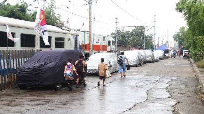 BERITA FOTO: Setelah Dilebarkan, Jalan Inspeksi Kali Cibubur Kini Jadi Tempat Parkir