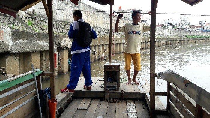Mengais Rezeki di Pinggir Kali Ciliwung, Azis Sekolahkan Anak hingga Sarjana
