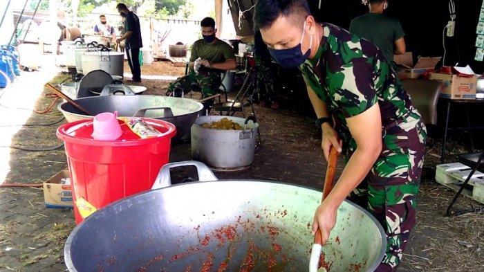 Kisah 9 Anggota TNI Memasak Setiap Hari untuk Warga Miskin, Ada yang Mengaduk Nasi Hingga Ulek Cabai