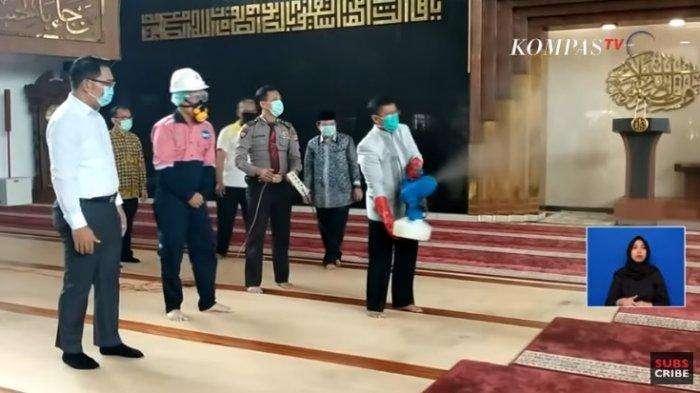 Aa Gym-Ridwan Kamil Semprot Disinfektan, Gulung Karpet di Masjid Al Muttaqin, Tak Ada Shalat Jumat