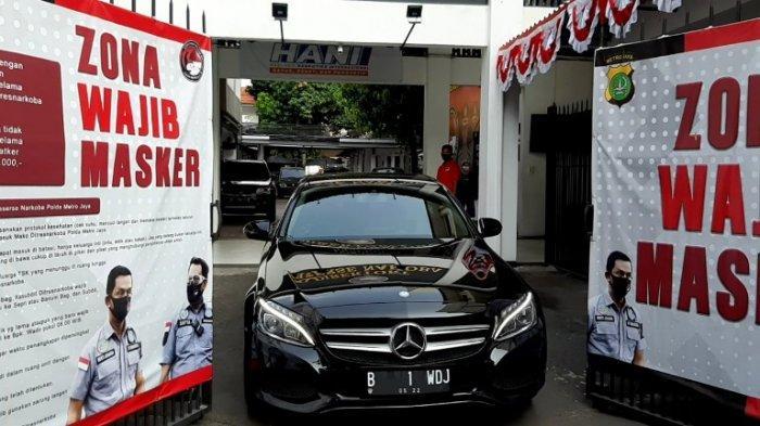 Mobil Mercedes Benz hitam yang disebutkan membawa Aaliyah Massaid ketika meninggalkan Direktorat Reserse Narkoba Polda Metro Jaya, Semanggi, Jakarta Selatan, Senin (7/9/2020) siang. Aaliyah Massaid menemui Reza Artamevia, ibunya, yang sedang ditahan di Polda Metro Jaya karena kasus narkoba.