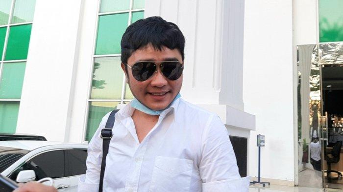 Abash, kekasih Lucinta Luna, mengikuti sidang lanjutan Lucinta Luna di Pengadilan Negeri Jakarta Barat, Slipi, Jakarta Barat, Rabu (9/9/2020).