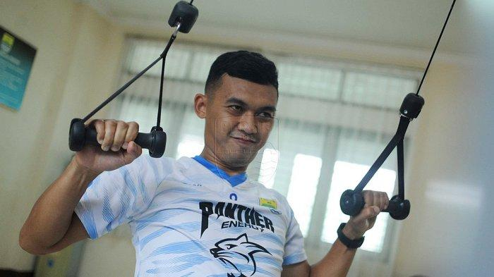 Abdul Aziz saat ini sedang dalam proses penyembuhan cedera dan masih berlatih mandiri di pinggir lapangan