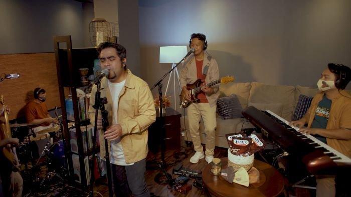Abdul, vokalis band jazz Abdul & The Coffee Theory, bersama para personel Band Abdul & The Coffee Theory saat tampil di konser virtual FOXS Candy Studio Virtual Store, Kamis (10/12/2020).