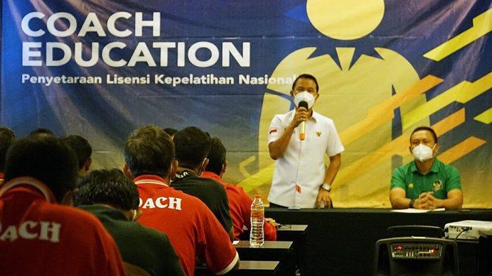 Yunus Nusi Plt Sekjen PSSI memberikan sambutan sebelum acara penutupan program program penyetaraan lisensi kepelatihan nasional