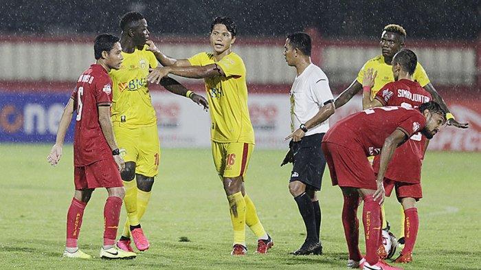 Achmad Jufriyanto (tengah) saat membela Bhayangkara Solo FC di kompetisi Liga 1 2020 lalu.