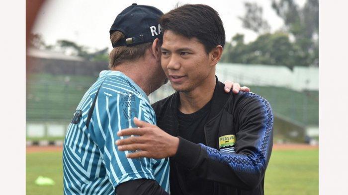 Pelatih Persib Robert Rene Alberts menyambut kepulangan Achmad Jufriyanto ke skuad Persib setelah habis masa peminjamannya di Bhayangkara Solo FC