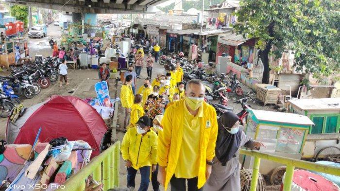 Ketua DPD Golkar DKI Achmed Zaki Iskandar dan Ketua Istri Pengurus Partai Golkar (IIPG) Tri Hesti Yulianti beserta kader Golkar DKI mengunjungi beberapa titik banjir di Jakarta Selatan dan Jakarta Timur pada Minggu (21/2/2021).