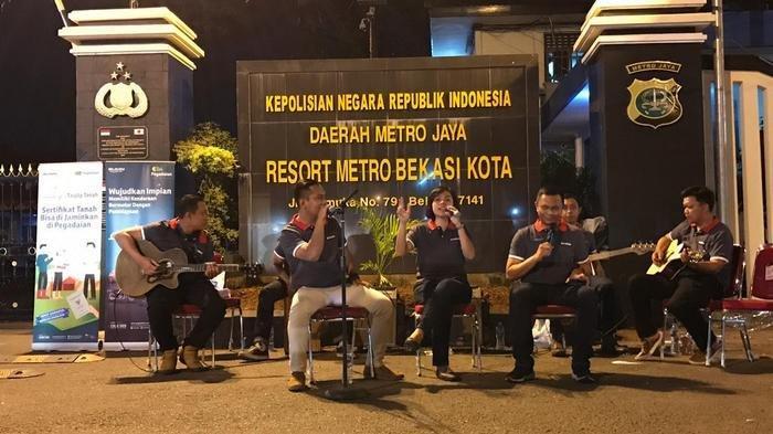 Keren, Ada Live Musik di Pelayanan SKCK dan SIM Polrestro Bekasi Kota
