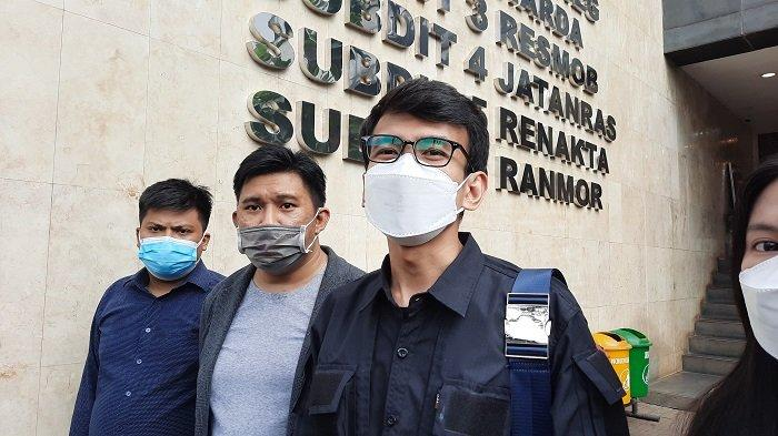 Pegiat media sosial Adam Deni (kanan) setelah  menyerahkan bukti laporan berupa rekaman percakapan telpon dirinya dengan Jerinx SID di Polda Metro Jaya, Jumat (30/7/2021).