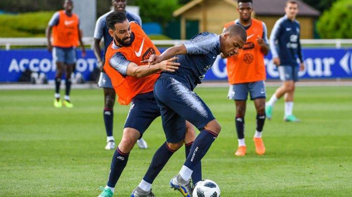 Adil Rami dan Kylian Mbappe saat latihan bersama Timnas Prancis Piala Dunia 2018 lalu