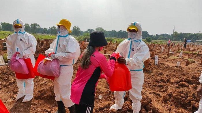 Puluhan Penggali Makam Covid-19, Dapat Paket Sembako dan APD dari Bhayangkari Metro Jaya