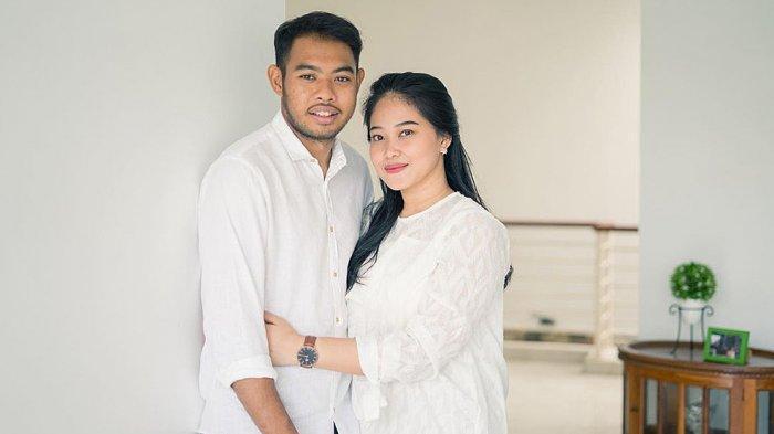 Pasangan Adixi Lenzivio dan Dessy Saputri resmi menikah pada tanggal 1 Maret 2020 di Jakarta