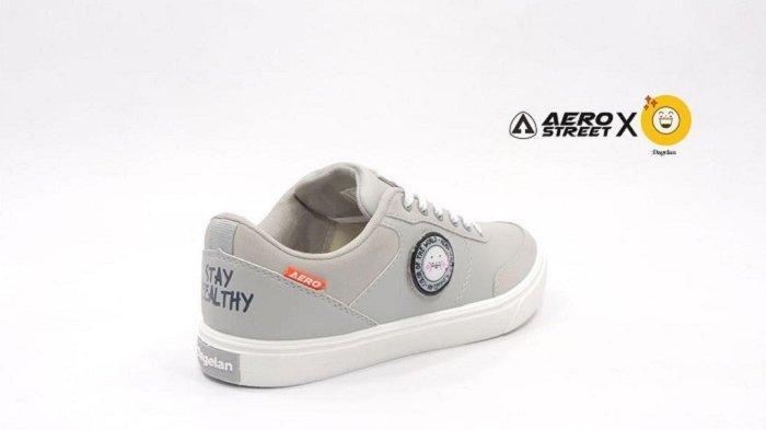 Sepatu merek lokal Aerostreet bekerjasama dengan Dagelan menghadirkan sepatu abu-abu.