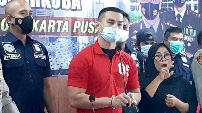 Pemain sinetron Agung Saga terlihat sedang menahan tangis ketika dihadirkan polisi dalam jumpa pers di Polres Metro Jakarta Pusat, Rabu (31/3/2021) siang.