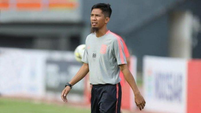 Ahmad Amiruddin asisten pelatih Borneo FC saat memimpin latihan