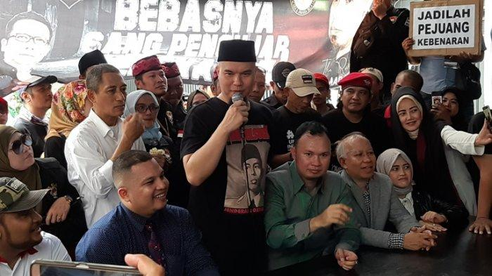 Ahmad Dhani di rumahnya, Jalan Pinang Emas IV, Pondok Pinang, Kebayoran Lama, Jakarta Selatan, setelah dibebaskan Senin (20/12/2019).