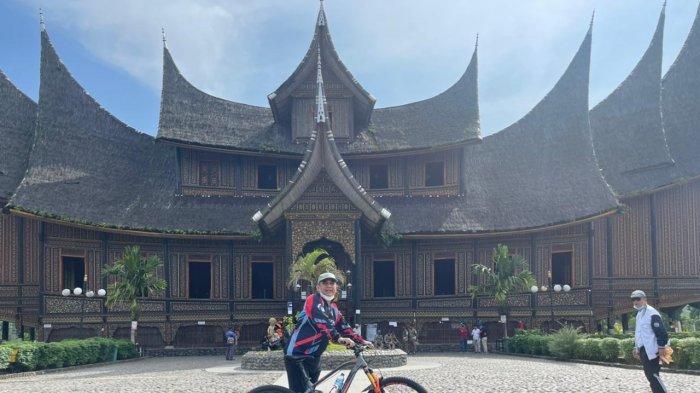 Sejken DPP Partai Gerindra yang juga sebagai Wakil Ketua MPR RI, Ahmad Muzani bersepeda di Sumatera Barat, Rabu (7/4/2021).
