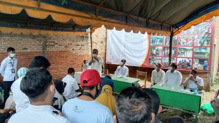 Sekretaris Jenderal Partai Gerindra, Ahmad Muzani menyerahkan bantuan kepada korban banjir di Kecamatan Kurau, Kabupaten Tanah Laut, Kalimantan Selatan pada Rabu (27/1/2021).