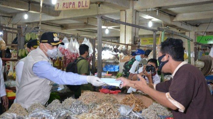Ahmed Zaki Iskandar Sidak di Pasar Kelapa Dua, Bagikan Masker kepada Pedagang