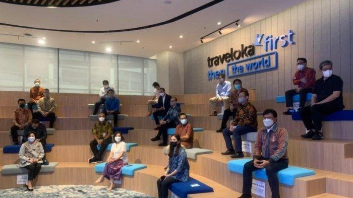 Para tamu undangan duduk dengan protokol kesehatan saat Traveloka Campus yang berlokasi di BSD Green Office Park Kecamatan Cisauk Kabupaten Tangerang, Kamis (18/3/2021).