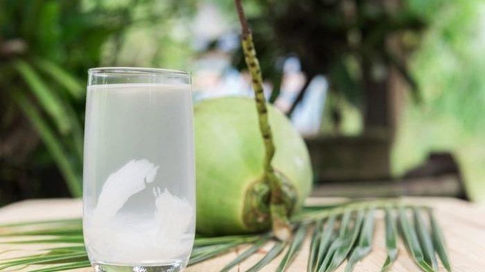 8 Manfaat Mereguk Air Kelapa,  Mengurangi Risiko Serangan Jantung hingga Menurunkan Tekanan Darah
