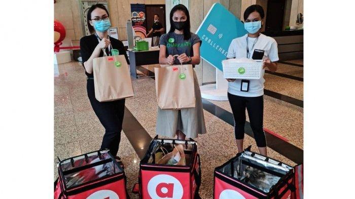 Para pegawai AirAsiaFood sedang mempersiapkan pesanan yang akan diantarkan ke pelanggan