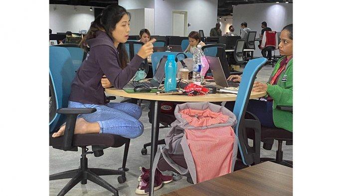 Kepala AirAsia Food, Sabrina Khaw (kiri) duduk santai di kantornya
