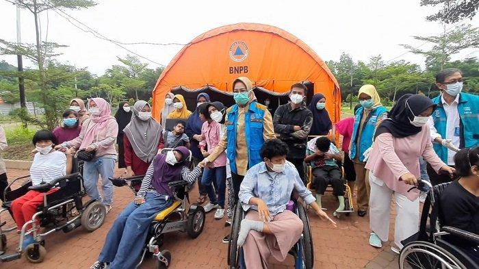 Wali Kota Tangsel, Airin Rachmi Diany saat melepas kepulangan anka disabilitas penyintas covid-19 dari RLC Kota Tangsel.