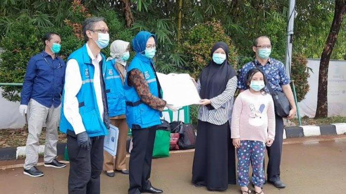 Wali Kota Tangsel, Airin Rachmi Diany bersama Koordinator RLC Kota Tangsel, Suhara Manullang saat memberikan surat sembuh dari infeksi covid-19 kepada mantan pasien RLC Kota Tangsel.