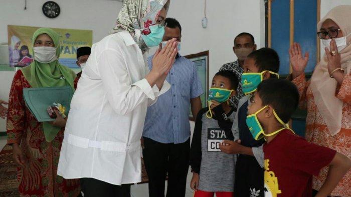 Wali Kota Tangsel, Airin Rachmi Diany saat meresmikan TBM  Nirwana di Jalan Legoso Raya, Pisangan, Ciputat Timur.