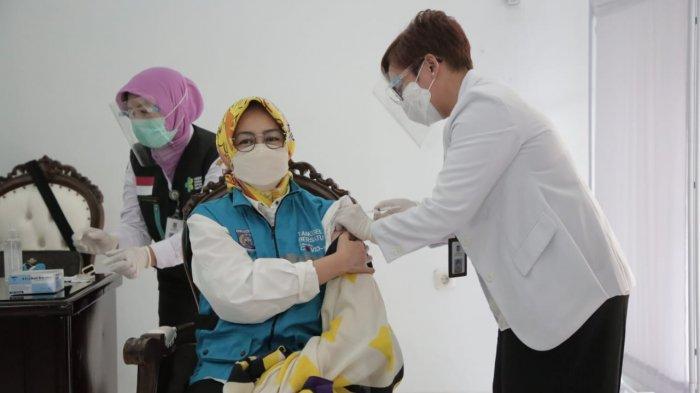 Wali Kota Tangsel, Airin Rachmi Diany, disuntik vaksin Covid-19. Airin bersama dengan kepala daerah se-Banten dan unsur Forum Komunikasi Pimpinan Daerah (Forkopimda) melakukan vaksinasi Covid-19 di Pendopo Bupati Tangerang, Kamis (14/1/2021).