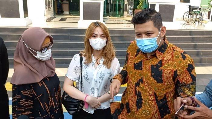 Pemain film dan sinetron Aisyah Aqilah (tengah) setelah mendengar vonis 5 bulan untuk Jeff Smith, kekasihnya, di Pengadilan Negeri Jakarta Barat, Rabu (8/9/2021).