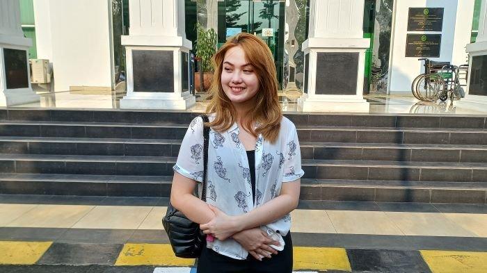 Pemain sinetron dan film Aisyah Aqilah terlihat hadir di Pengadilan Negeri Jakarta Barat, Rabu (8/9/2021), saat Jeff Smith mendengarkan vonis hakim. Jeff Smith dinyatakan bersalah dan divonis 5 bulan penjara.