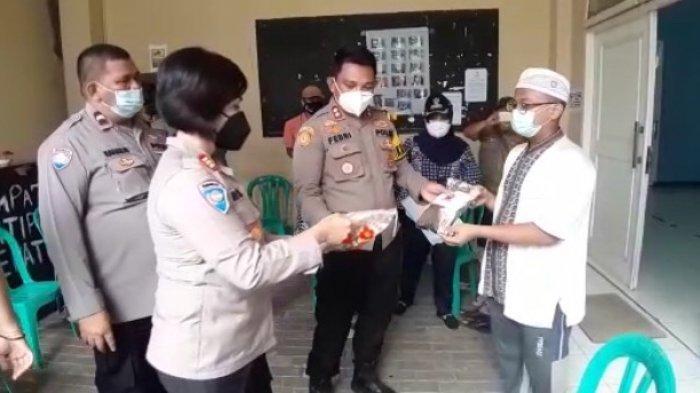 Blusukan ke Slum Area, Jajaran Polsek Metro Kebayoran Baru Salurkan Ratusan Kilogram Beras & Masker