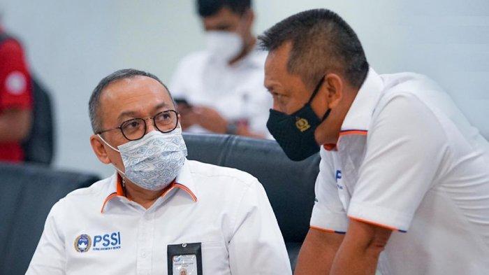 Direktur Utama PT LIB Akhmad Hadian Lukita (kiri) bersama Direktur Operasional PT LIB Sudjarno sedang mempersiapkan jadwal pertandingan baru kompetisi Liga 1 dan Liga 2 Indonesia