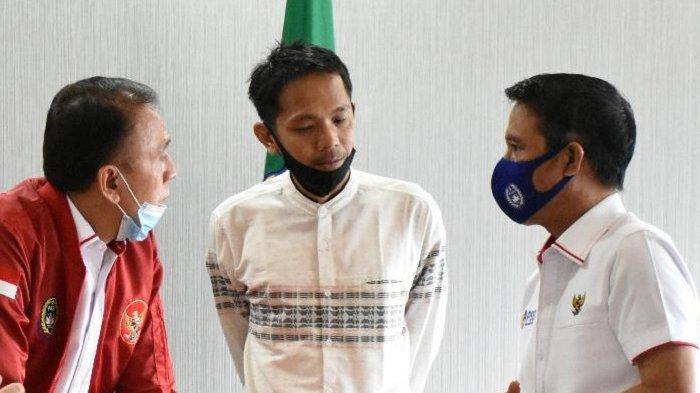 Koordinator SOS, Akmal Marhali bersama Ketua Umum PSSI, Moch Iriawan dan Plt Sekjen PSSI, Yunus Nusi berbincang tentang sepak bola nasional.