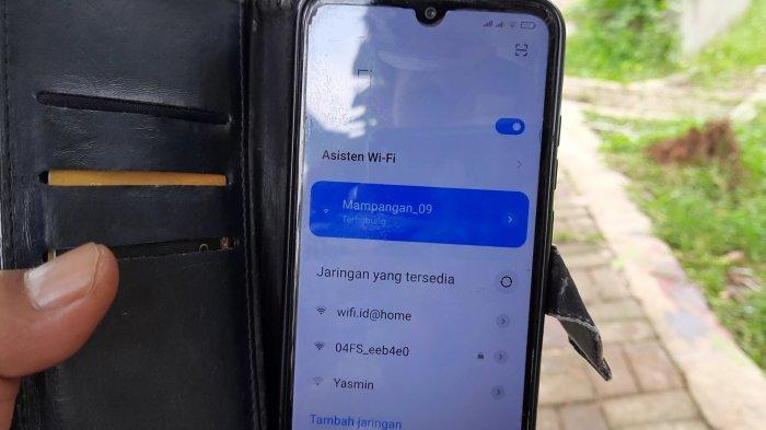 Bisa Akses Internet Gratis di TPU, Warga Kampung Mampangan Kini Tak Lagi Khawatir Kehabisan Kuota