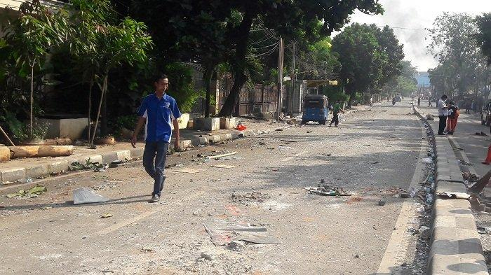 Sejumlah Fasilitas Umum Rusak Akibat Kerusuhan di Jalan KS Tubun Jakarta Barat