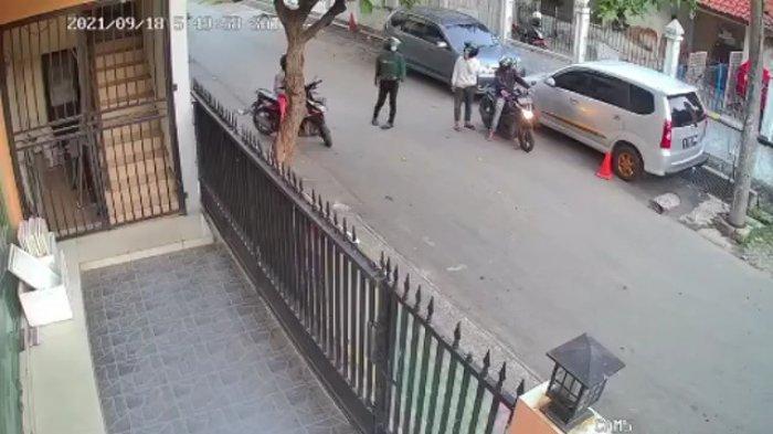 Terekam CCTV, Aksi 4 Maling Spion Mobil di Cengkareng Viral di Medsos