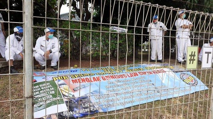 Dari balik pagar pabrik, Buruh Tolak RUU Omnibus Law Cipta Kerja di Kabupaten Tangerang