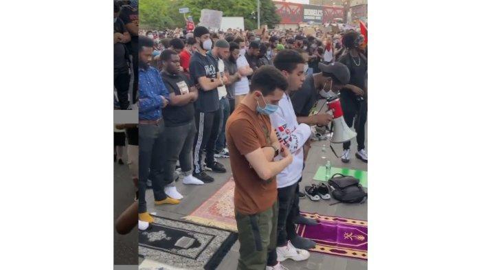 Ratusan Pengunjuk Rasa ini, Memagari Demonstran yang sedang Salat di Jalan Raya Brooklyn, New York